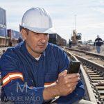 Ingeniero en vías ferroviarias con cell phone